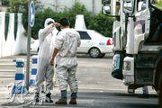武漢解封,復工復產步伐也將加快。此前已復工的武漢東風本田車廠,有大批運送零配件的貨車出入。工廠門口,有司機下車測量體溫接受檢疫。(明報記者攝)