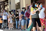 新加坡芽籠士乃的市場外,昨有大批民眾排隊準備入內購買雜貨。(法新社)