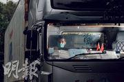 老陳的貨櫃車行車證上月到期,但因運輸署牌照服務受疫情嚴重影響,續牌受阻,為保生計被迫瞞着妻子「揸大膽車」開工近月。(馮凱鍵攝)