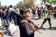 在也門城市薩那,本月2日有支持武裝組織「胡塞武裝」的集會,一名男童持槍參與。(路透社)