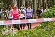 疫情下仍有不少市民外出跑步,昨日有市民在維園緩跑徑跑步時沒戴口罩。浸大體育學系副教授雷雄德說,跑步者會形成氣流,加上戶外有風,跑步者咳嗽時噴出的飛沫有可能飄到後面的人。(楊柏賢攝)