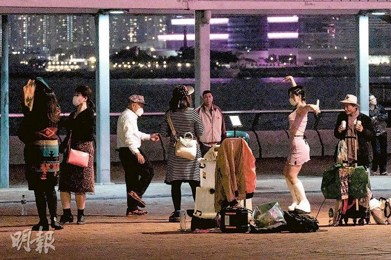 中環海濱昨晚入夜後有約10檔賣唱團演唱,吸引大批觀眾,高峰時有數十人圍觀同一檔表演,歌手未見戴口罩,其中屯門公園聞名的Happy伯也在此觀看演唱,有歌手收取利巿。警車一直停泊在中環海濱,但未有執法,記者逗留數小時,其間疑有人報警,警方到場勸喻人群離開,其中有警察大聲喝罵歌手:「𠵱家疫症時期,你知唔知咁害咗人!」