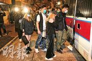 警方昨凌晨發現尖沙嘴一間違規開店營業的酒吧,拘捕2男5女持牌人、負責人及職員,另有兩名男子因欠交交通罰款被法庭通緝及一名女子未能出示身分證被捕。(蔡方山攝)