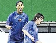 有傳美斯(右)為前巴塞隆拿隊友朗拿甸奴(左)支付保釋金,但前者終澄清此為謠言。圖為二人於2006年在巴塞一同操練。(Getty Images)