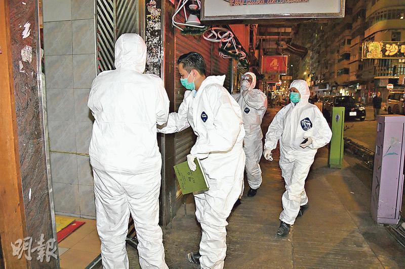 失竊事主正在家居檢疫,警員上門調查時均身穿全幅保護衣。(蔡方山攝)