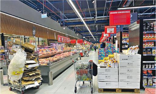 意大利雖然封城,但在筆者身處的博洛尼亞(Bologna),近日超市貨架物品尚算充足。(楊卓瑩提供)
