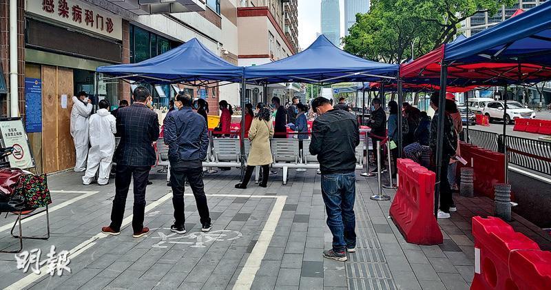 在武漢協和醫院傳染病科門診外市民排隊做核酸檢測,要完成整個程序,至少要近兩小時。(鄭海龍攝)