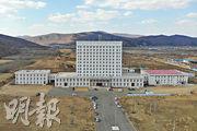 黑龍江省綏芬河市由辦公樓改建的方艙醫院昨日已完工,可提供約600張牀位,根據需要投入服務。(新華社)