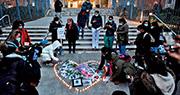 美國紐約市上周五有醫護人員在西奈山醫院外燃點蠟燭,悼念在新冠肺炎疫情中逝世的同事。據網媒BuzzFeed News統計,截至上周五全美國至少有5,400名醫護感染新冠肺炎,數十人死亡。(法新社)