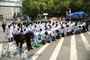 據記者蕭輝的採訪手記寫道,只有武大中南醫院對所有記者毫無保留地把實情相告。圖為4月4日,在武漢市中南醫院舉行哀悼活動,對因抗疫殉職的烈士和逝世同胞表達深切哀悼。(新華社)