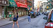 外交部發言人華春瑩12日在Twitter連續發文稱,中方對美國抗疫提供援助,並對美國死亡數超2萬人感到心碎。圖為當地時間4月12日,受疫情影響,平日喧囂的紐約曼哈頓唐人街車輛稀少,但仍有年輕人沒有戴口罩在街頭運動。(中新社)