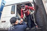 中國醫科大學附屬第一醫院方艙醫院12名工作人員昨日出發前往黑龍江省綏芬河市,馳援當地疫情救治工作,工作人員出發前與同事告別。(新華社)