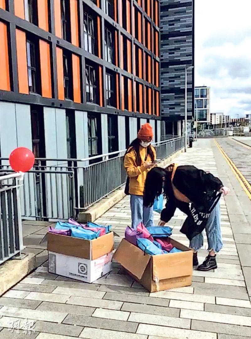 中國駐英大使館昨日發布消息稱,將繼續協助在英國處境困難的中國留學生回國。圖為在英國的中國留學生,收到內地寄去的愛心「健康包」。(網上圖片)
