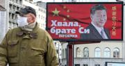 在塞爾維亞首都貝爾格萊德的街上,有親政府報章賣燈箱廣告,展示中國五星旗烘托的中國國家主席習近平,附以中塞兩地語言書寫的「感謝您,習大哥」,表達對中國提供抗疫援助的謝意。(路透社)