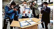 日本政府本月1日宣布向每戶發放兩個布口罩,昨日運抵東京都郵局,預料今日開始派發。該布口罩被網民稱為「Abenomask(安倍的口罩)」,劣評如潮。(法新社)