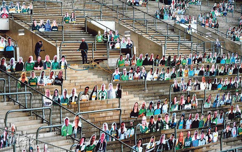 德國將繼續禁止舉行體育等大型活動至8月底,圖為德甲球會慕遜加柏周四在球場看台擺放球迷的人型紙牌。(法新社)