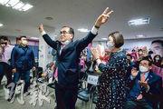 前朝鮮駐英公使太永浩(現改名太救國,前左)成為首位當選國會議員的脫北者。(法新社)