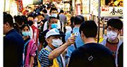 台灣當局一直標榜抗疫工作做得好,並願與國際間合作,為疫情嚴重的國家提供幫助。在台灣本土,檢疫要求也十分嚴格,並從昨日起對南門中繼市場、士東市場及寧夏夜市實施出入口管制,並為民眾量測體溫。圖為在寧夏夜市,民眾配合測量體溫。(中央社)