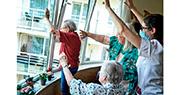 比利時布魯塞爾一間護老院內的院友和護理員上周五聚在窗邊,向樓外的親友揮手。比利時為了控制疫情蔓延,在5月3日前嚴格限制護理中心的探訪活動。(法新社)
