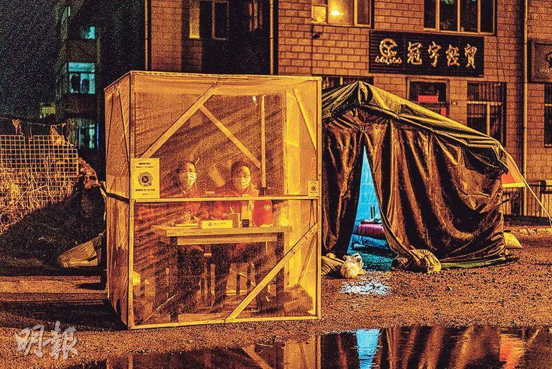 黑龍江境外輸入個案增加,各地都不敢怠慢。圖為牡丹江市社區人員前晚在社區入口設關卡值守。(法新社)
