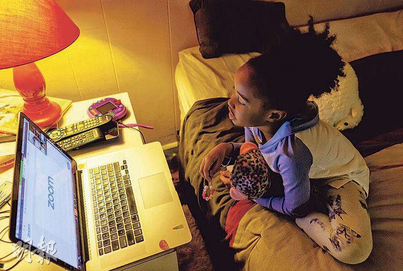 疫症之下全球多國大規模停課,許多學生改為網上遙距學習。圖為美國紐約一名黑人女童上周三透過網上會議應用程式,與幼稚園的同學傾談。(路透社)