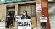 在紐約市皇后區,周二有動物權益人士在一個售賣活家禽的市場外示威,要求取締濕貨街市,以防止再爆疫症。(法新社)