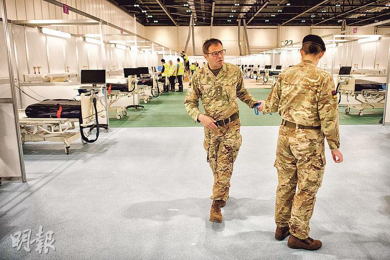 英國軍方人員上月底協助把倫敦會展中心改裝成臨時的「南丁格爾醫院」。該英版「方艙醫院」原設計可接收4000病人,但因醫護不足,至今只收治數十人。(法新社)