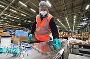 英國在疫情之下醫療物資緊絀,在英國新特蘭的日產汽車廠房近日亦轉型生產醫用護面罩,以供應英國醫護人員所需。(路透社)