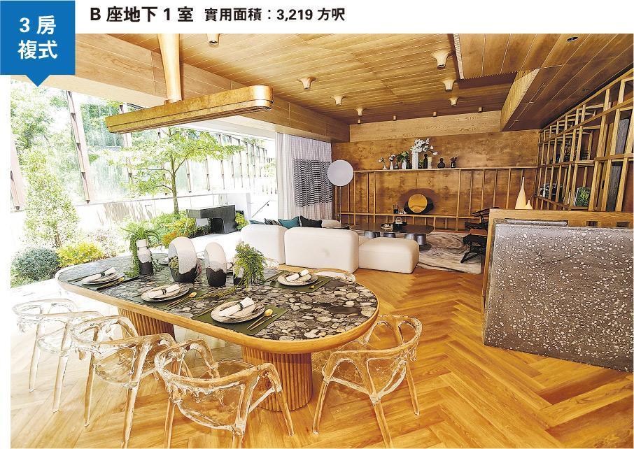 整個單位以原木色及金屬色為主調,大廳配上透明餐椅,別出心裁。(劉焌陶攝)