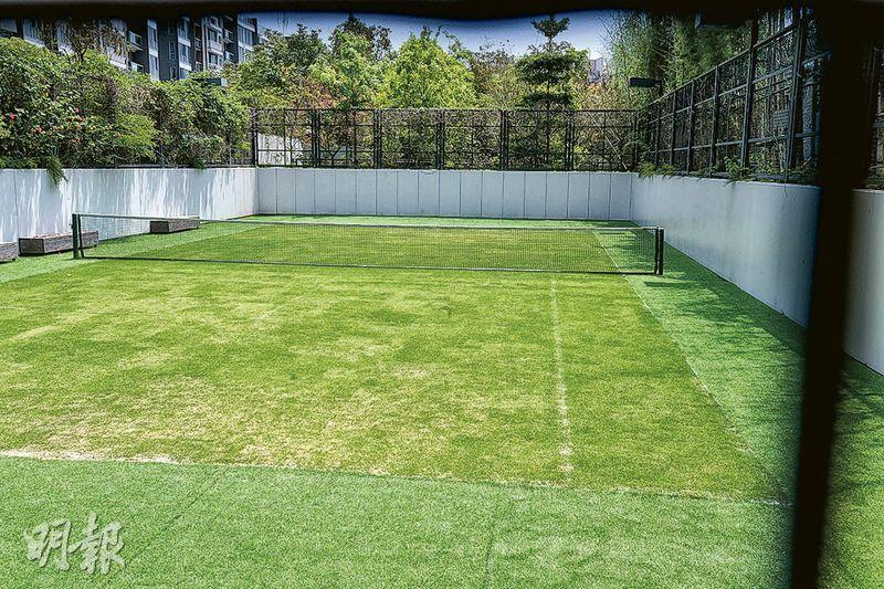 會所設真草地網球場,是本港大型私人屋苑極為罕見。(劉焌陶攝)