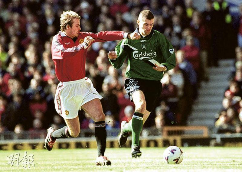 利物浦名宿馬迪奧(右)克服腦腫瘤康復過來。圖為他在2000年3月與曼聯名將碧咸(左)場上交鋒。(Getty Images)