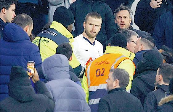 熱刺球員艾歷迪亞(白衫)上月初為弟弟走上觀眾席尋仇。他可於5月8日前回應英格蘭足總的起訴。(Getty Images)