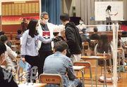 中學文憑試昨天第二日考試,有學生(黑衫站立者)試前到廁所嘔吐,試場在其座位擺放屏風,其後考生決定離開不參加考試。(李紹昌攝)