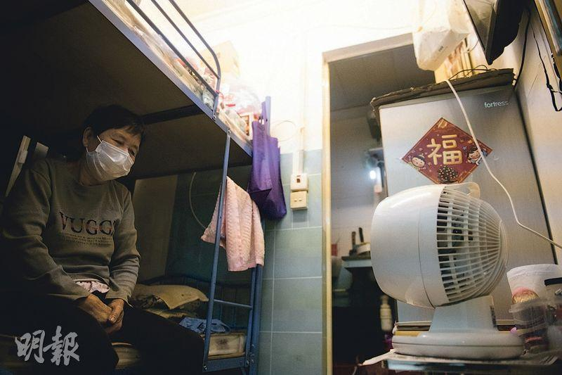 72歲的梁女士多年來獨居深水埗的劏房,她於2016年8月以一人長者身分申請公屋,輪候3年多後,至去年12月初收到房屋署通知獲編配單位,惟至今未獲安排揀樓。她說現居劏房租約已滿,雖然業主讓其繼續租住,但擔心隨時被趕走。(林靄怡攝)