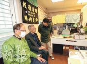 銅鑼灣書店昨在台北重啟,立法院長游錫堃(左)到賀,他說,林榮基願來台經營,「我為台灣的民主感到很光榮!」,林榮基(中)則說,很感謝院長過來,他代表台灣對民主自由的支持。(中央社)