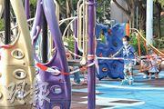 康文署目前已關閉轄下陸上和水上運動設施、博物館、表演等場地,昨日所見荃灣公園仍封閉,但無阻小朋友踏着滾軸溜冰鞋在封鎖線之間穿梭。(劉焌陶攝)