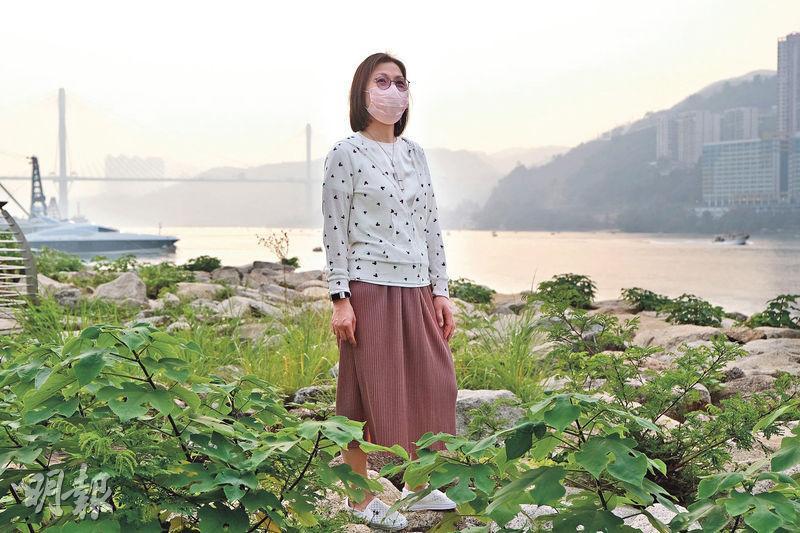 擔任護士30年的阿珊,在SARS時於前線病房衝鋒陷陣,結果染了SARS,康復後身體一度退化得連幾級樓梯都沒力氣走,回家初期和家人相處都小心翼翼,生怕仍可能播毒。現在再度面對新型冠狀病毒全球大流行,她改變了崗位,但同樣心繫前線。(馮凱鍵攝)