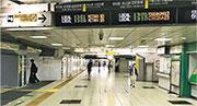 恍如迷宮的東京新宿車站,以往假日本應擠滿人潮,現在則途人寥寥。(筆者提供)