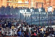 內地宣布5月2日全國接待國內遊客超3000萬,達成旅遊收入約128億元,相較1日增700萬人,顯示國內旅遊逐步升溫。圖為大批市民在五一假期到上海外灘遊覽。(法新社)