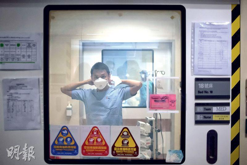 瑪麗醫院深切治療部內有多間負氣壓獨立隔離病房,為防病毒傳播及被帶到清潔區域,醫護人員每次離開隔離病房,都要在病房和走廊之間的中室位置卸下保護衣。(鄧宗弘攝)