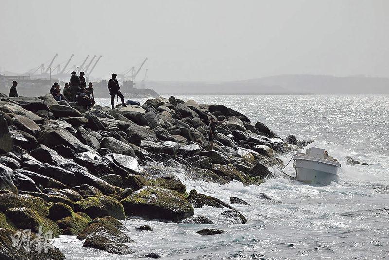 在委內瑞拉宣布粉碎一宗「僱庸兵入侵」事件之後,特種部隊人員周日在瓦爾加斯州的馬庫托海岸檢視一艘空船。(路透社)