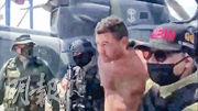 委內瑞拉政府周一播出片段,顯示軍人押送一名「僱傭兵」疑犯的場景。(路透社)