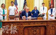 美國總統特朗普前日形容新冠病毒攻擊美國比偷襲珍珠港和911恐襲的傷害更嚴重,指摘中國沒能遏止疫情;當日他還在白宮接見美國醫護人員及簽署紀念國家護士節的公告。(法新社)