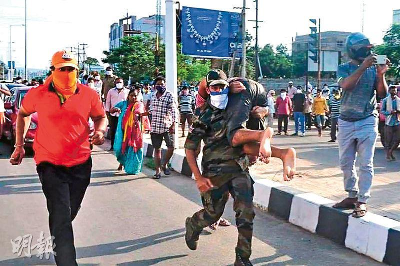 印度安得拉邦維瑟克伯德納姆的LG Polymers化工廠昨泄漏氣體苯乙烯,致最少13死、1000人送院。圖為救援人員昨在現場附近奔走救人。(法新社)