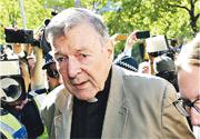 澳洲樞機佩爾(中)去年2月因戀童控罪在墨爾本出庭應訊。(法新社)