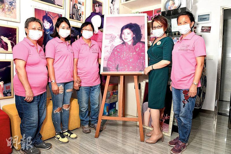 永遠榮譽歌迷阿鄧(左起)、昆明歌迷青青、歌迷會會長張艷玲、永遠榮譽顧問車淑梅、資深歌迷Irene。(攝影:黃梓烜)