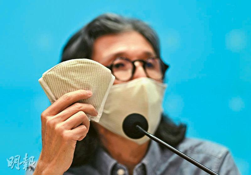 香港紡織及成衣研發中心行政總裁葛儀文(圖)承認銅芯抗疫口罩沒採用獲獎的「弱磁場防污染」技術,是因口罩內的「磁貼」在清洗後會變得不穩定,減弱功能,故將弱磁場抗菌層抽起,換成氧化銅紗綿與棉織成的布。他形容銅芯抗疫口罩是獲獎口罩的改良版。(蘇智鑫攝)
