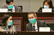 衛生防護中心總監黃加慶(前右)昨在立法會衛生事務委員會會議上表示,衛生署無參與重用口罩工作,不清楚如何消毒。(曾憲宗攝)