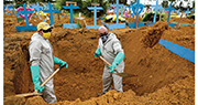 巴西新冠病毒疫情是全個南美洲中最嚴重,近日每日確診和死亡人數不斷創新高。圖為工人上周五在亞馬遜州首府馬瑙斯一個墓地做準備工作,以應付愈來愈多的病死者遺體落葬。(法新社)