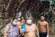 巴西原住民原本已備受伐林問題影響,現在又因疫情進一步受打擊。圖為一批亞馬遜州原住民利用智能手機與聖保羅州醫生溝通,以接收抗疫建議。(法新社)